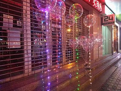 """雅安街头的""""网红波波球""""千万别给孩子买,4人已被烧伤送进医院了!"""