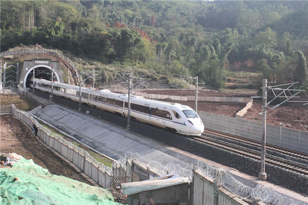 各位旅客:动车已从名山开到雅安,请做好准备!
