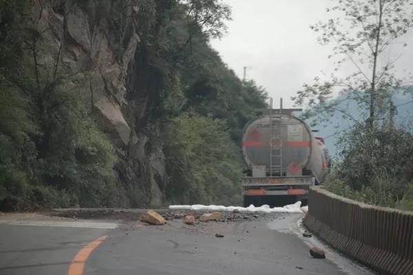 7月7日,石棉县擦罗乡发生一起危险化学品运输车辆(苯)泄漏事故
