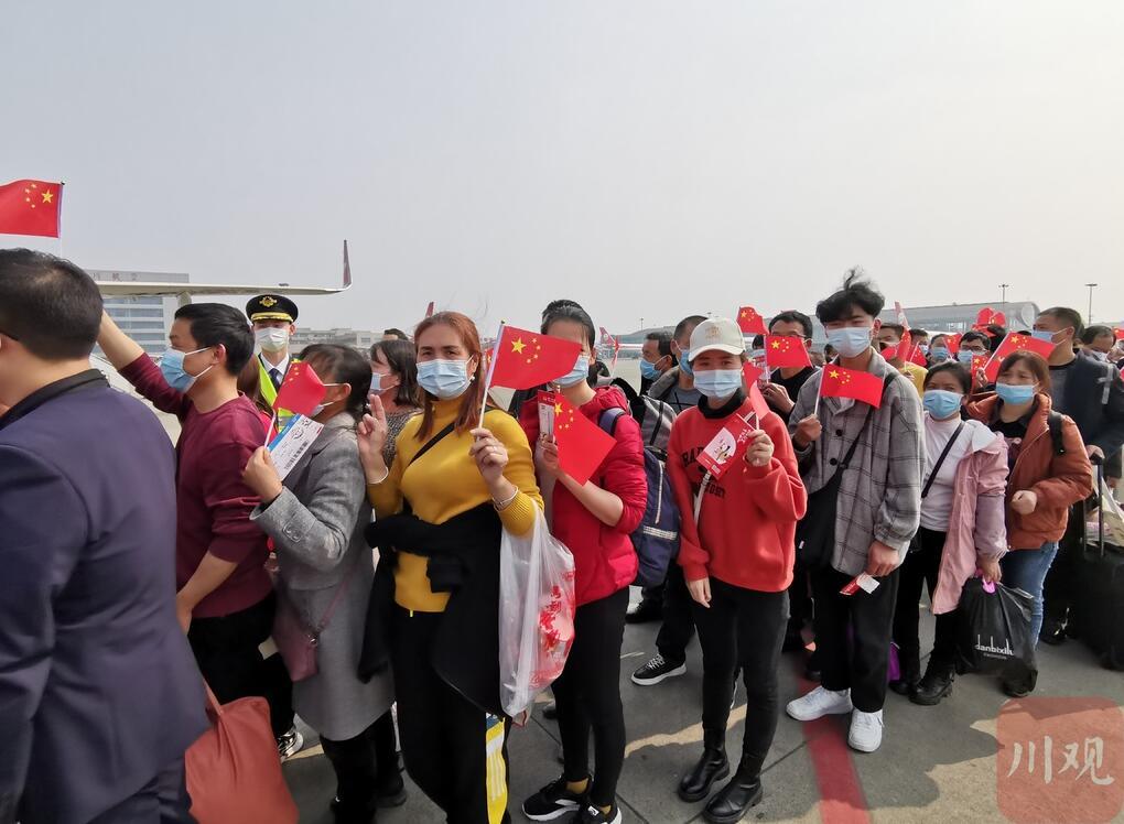 四川节后集中开行的首架返岗专机起飞 190名川籍农民工飞赴广东