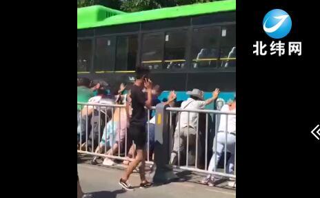 男童被卷公交车下 市民齐心抬车救人!