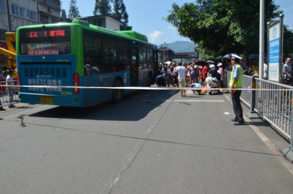 市区西门汽车站前发生车祸,上百市民营救伤者