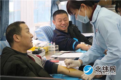 采血车上医护人员仔细抽血化验。吴丹.jpg