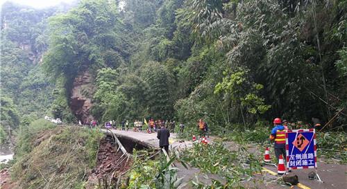 雅上线因地质灾害断道 昨晚8时抢通便道
