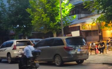市区张家山路:就餐高峰期  车辆乱停乱放