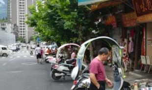 市区英模路:商户占道经营  非机动车辆违规停放