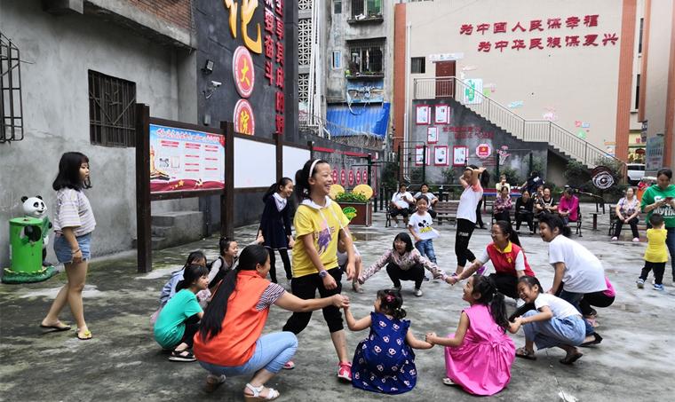 石棉县组织孩子玩游戏 快乐过暑期