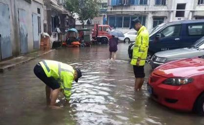 天全县部分地区因暴雨致街道积水 目前抢排工作持续进行