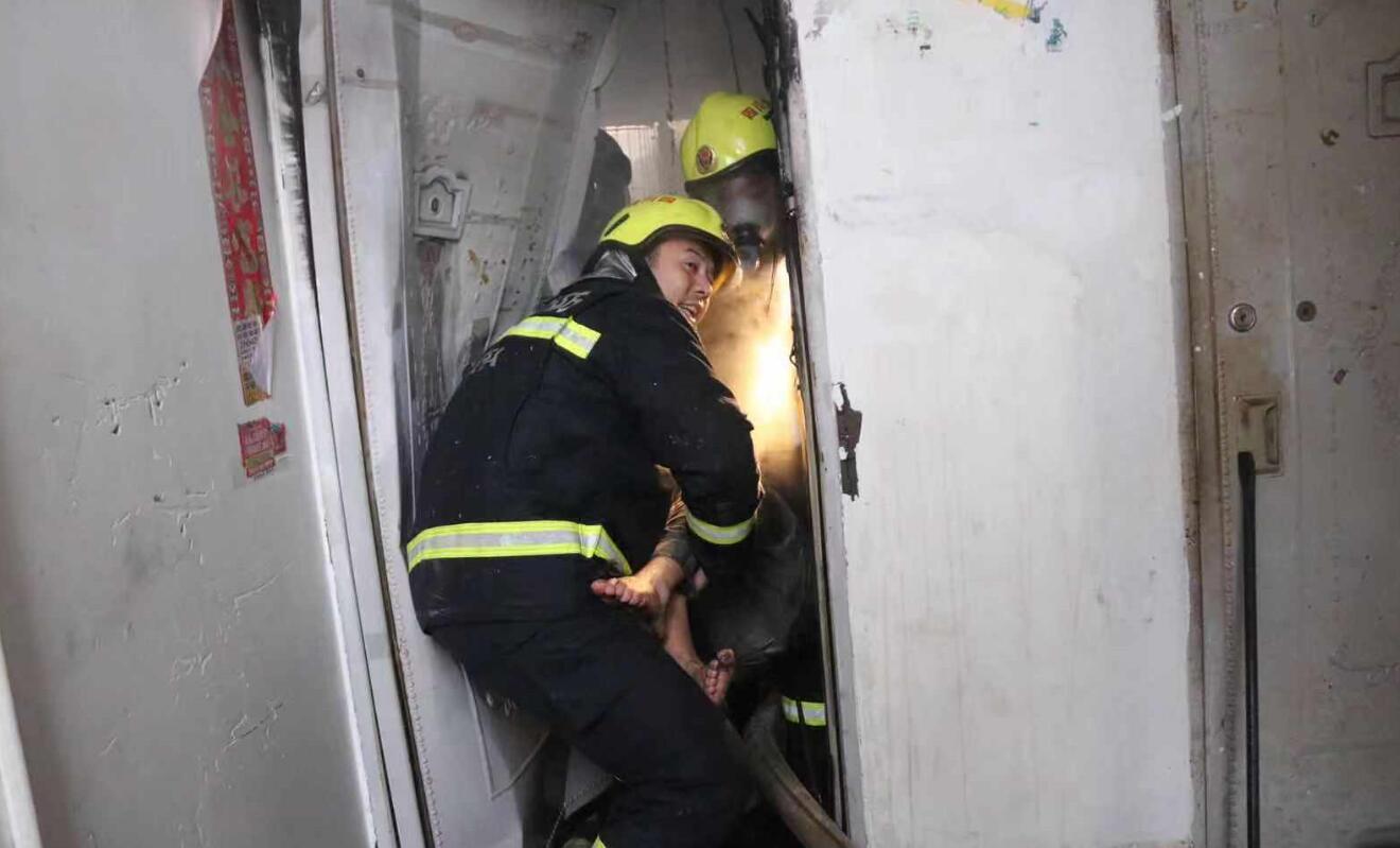 市區建新(xin)路一小(xiao)區4樓起(qi)火 消防救援(yuan)部門及(ji)時撲滅