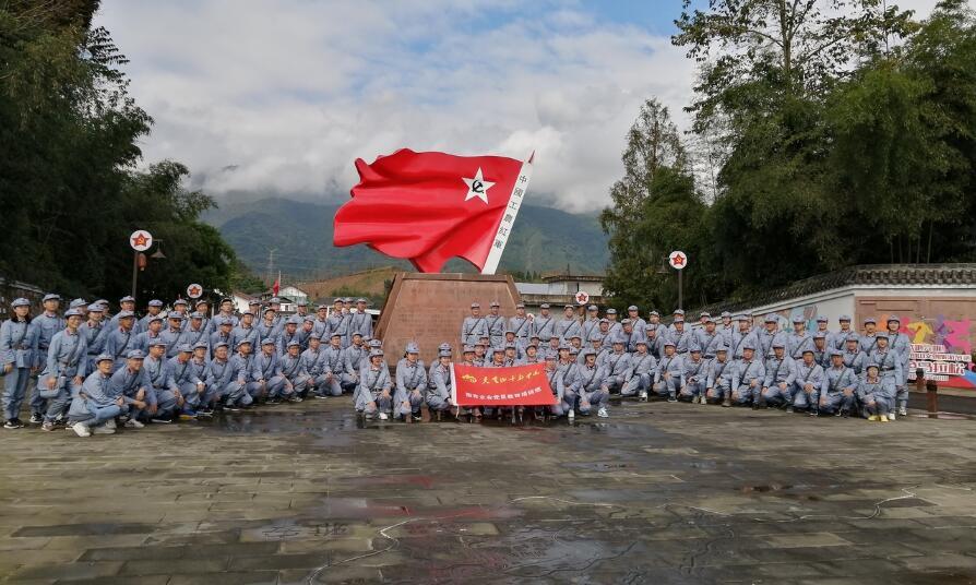 红色文化旅游热  红军村里游人多